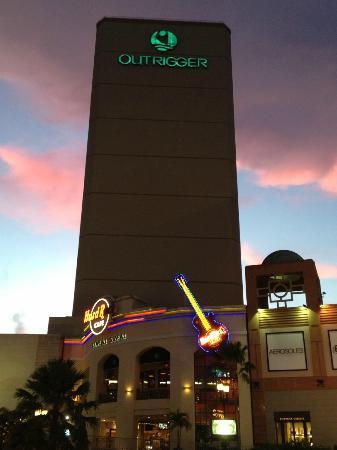 Outrigger Guam Resort: 夕映えのホテルとハードロックカフェ