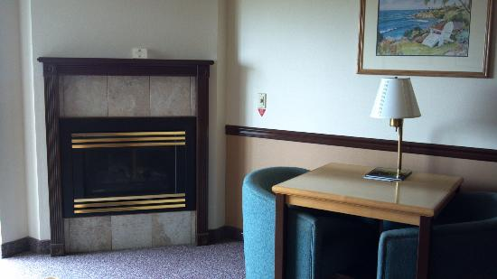 BEST WESTERN Lighthouse Suites Inn: Sitting Area Fireplace