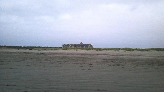 Best Western Lighthouse Suites Inn : View of hotel from the beach