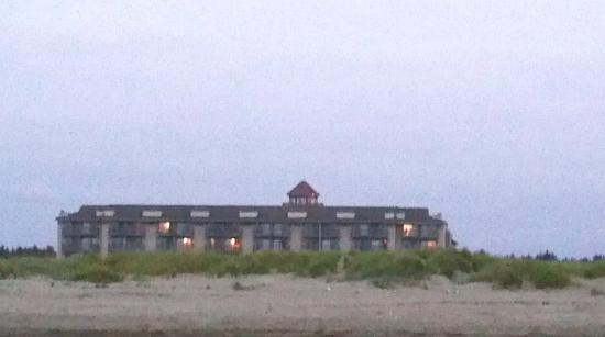 Best Western Lighthouse Suites Inn: View of Hotel from Beach (Zoomed)