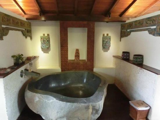 จาดุลวิลเลจ วิลลาแอนด์สปา: Stone bath tub