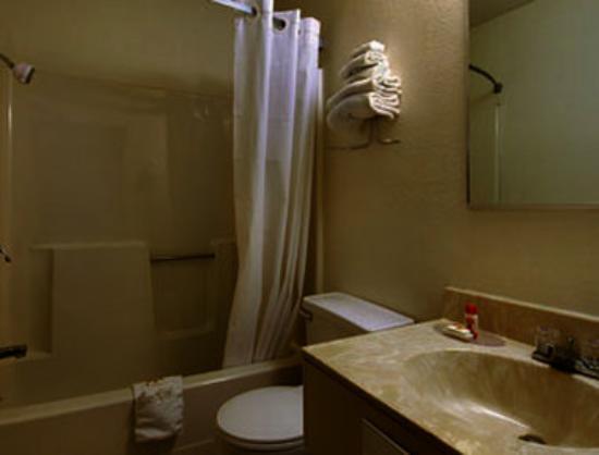 Super 8 Jonesboro: Bathroom