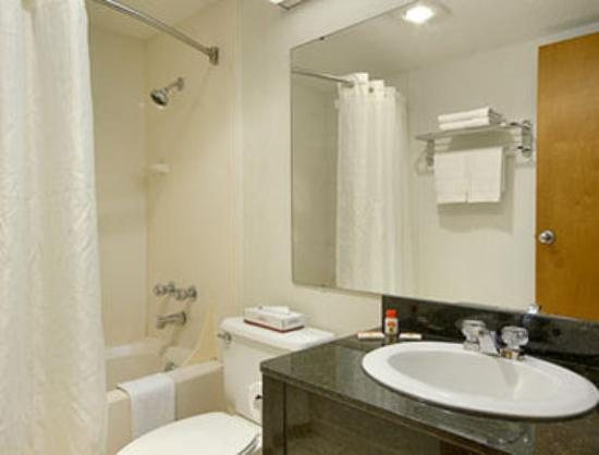 Super 8 Bentonville: Bathroom