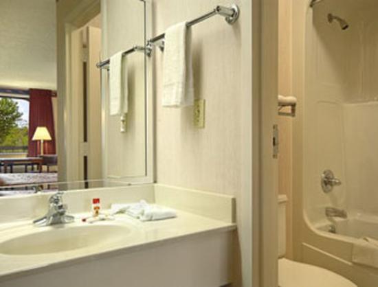 Super 8 Dothan: Bathroom