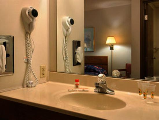 Super 8 by Wyndham du Quoin: Bathroom