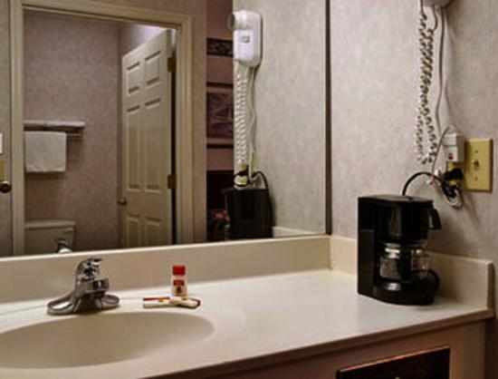Super 8 Cleveland: Bathroom