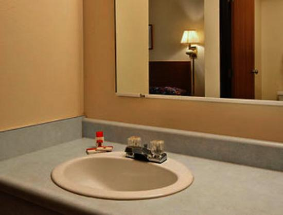 Super 8 York NE: Bathroom
