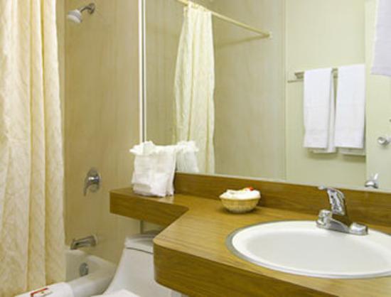 Super 8 Alexandria: Bathroom