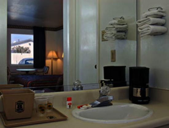 Super 8 San Marcos: Bathroom