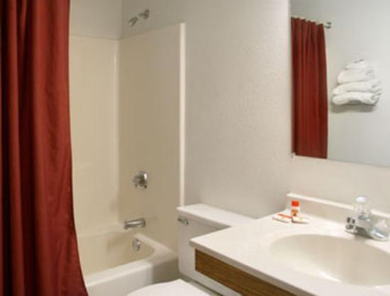 Americas Best Value Inn Hibbing: Bathroom