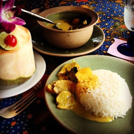 Poppies Restaurant: red duck curry and piña colada