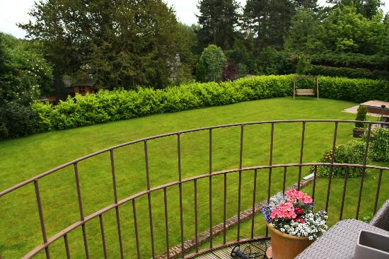 Mickle Trafford Manor: Garden from the balcony