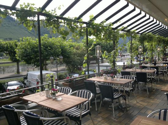 Hotel Karl Müller: Dining Terrace overlooking the River Mosel