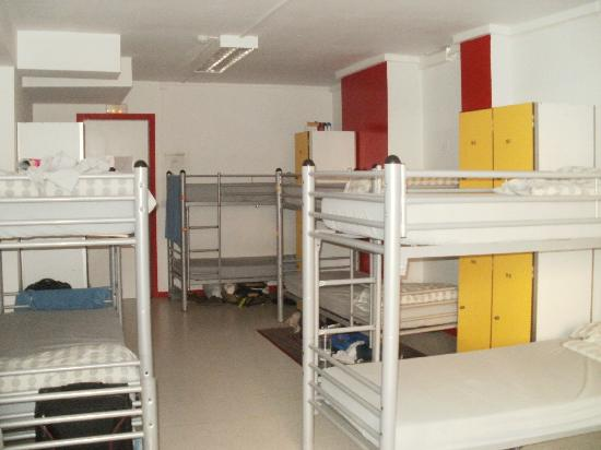 Pars Teatro Hostel: Room beds and lockers