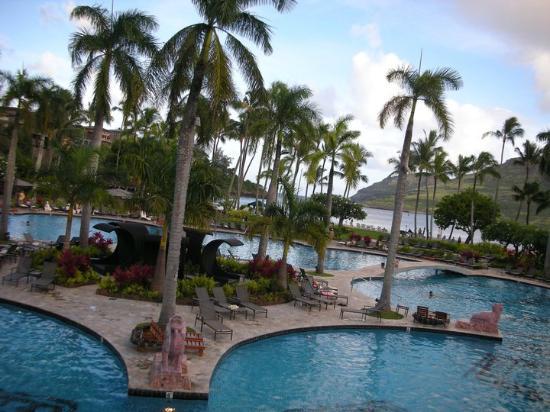 Marriott's Kaua'i Beach Club: 巨大プール・大きなジャグジーもそばに4つあります