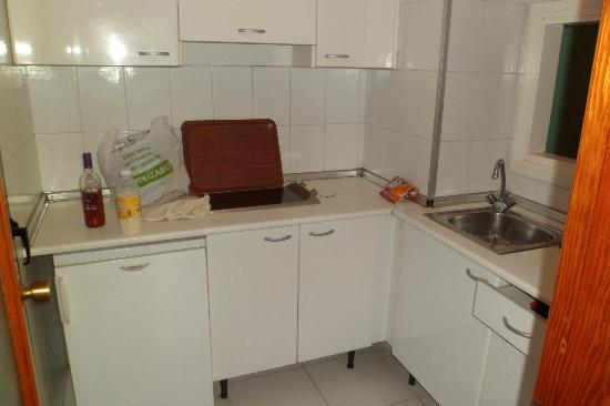 Apartamentos Luxmar: Kitchen in room 1202