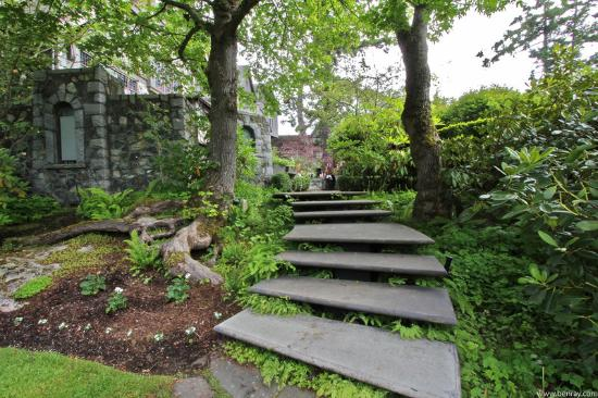 English Inn: Floating Stairs To The Sunken Garden