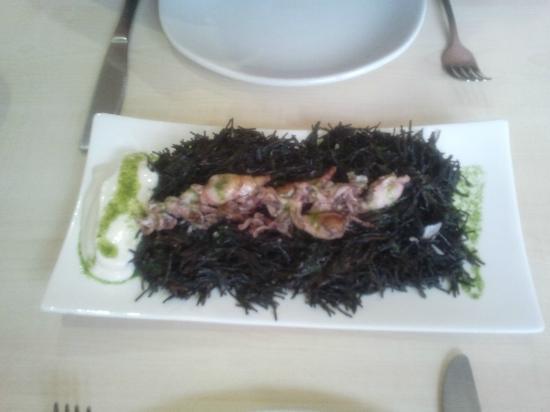 Uvedoble : Media de fideos negros con calamaritos.