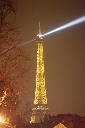 BEST WESTERN Le Montparnasse: la vista della tour eiffel dalla strada dell'albergo
