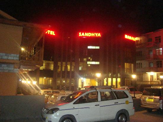 Hotel Sandhya Manali: Road Side View of Hotel