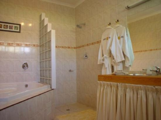 101 Oudtshoorn Holiday Accommodation: Relax in the bubble bath
