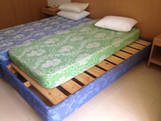 Hill Diar Hotel : 2nd room offered with no bedding and matress dosen't fit