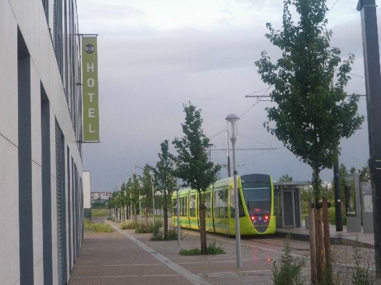 Bezannes, Francia: au pied du tramway