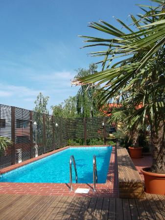 Ramada Hotel and Suites Bucharest North: Swimming Pool