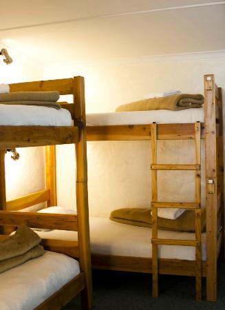 Nothando Backpackers Lodge: Dorm room with personal bed lamp