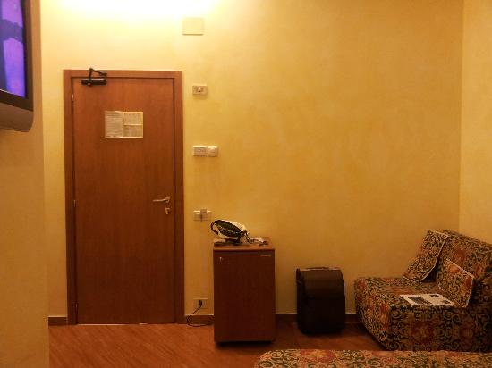 Hotel Augustea: Entrada de la habitación