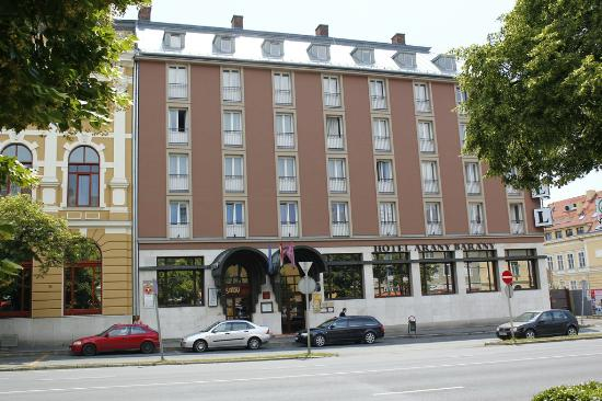 Zalaegerszeg, Hungría: The use the nice house next to the hotel in internet, but the real building is this.
