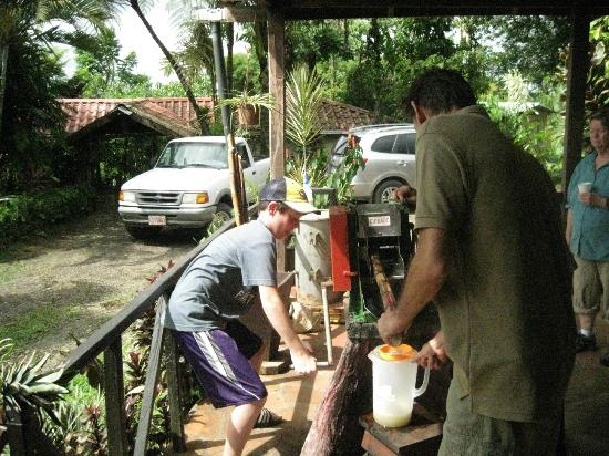 Princesa de la Luna Eco Lodge: Making Sugar Cane Juice