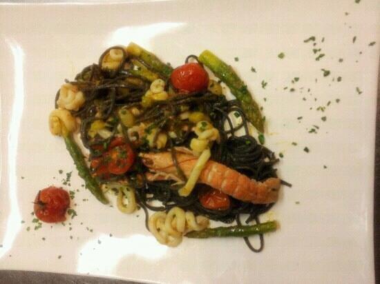 Al Vecchio Forno : tagliolini neri con julienne calamari e scampi