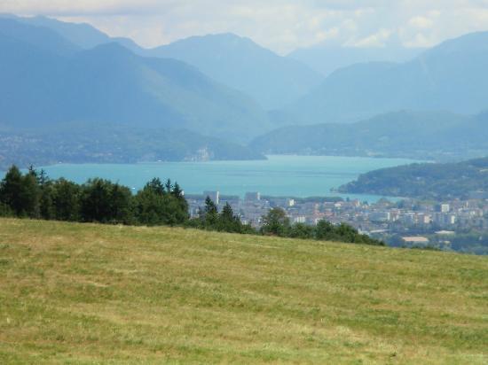Auberge La Ferme De Ferrieres : Vu sur le lac d'Annecy