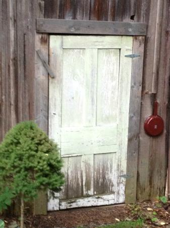 Black Walnut Bed and Breakfast: Barn door at Black Walnut B&B