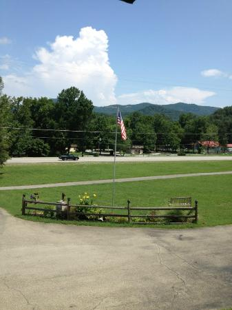 Townsend Gateway Inn: The view from our cottage #3.