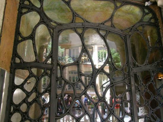 Portone di ferro e vetro   picture of la pedrera, barcelona ...