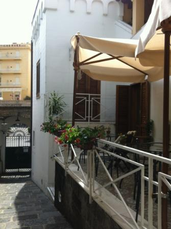 La Magnolia : main gate and balcony for breakfast