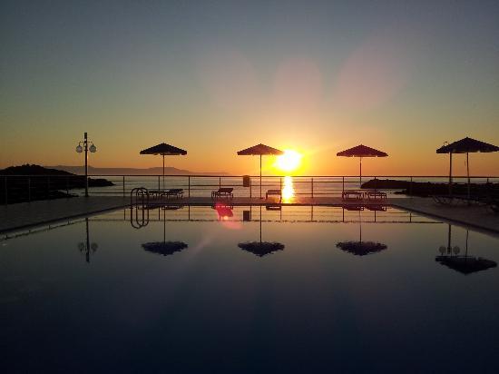 Nanakis Beach: Il tramonto in piscina