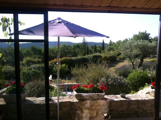 Maison d'hôtes La Guillone : the view at breakfast.