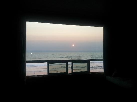 Westshore Oceanfront Motel: View out of my room at Sunset