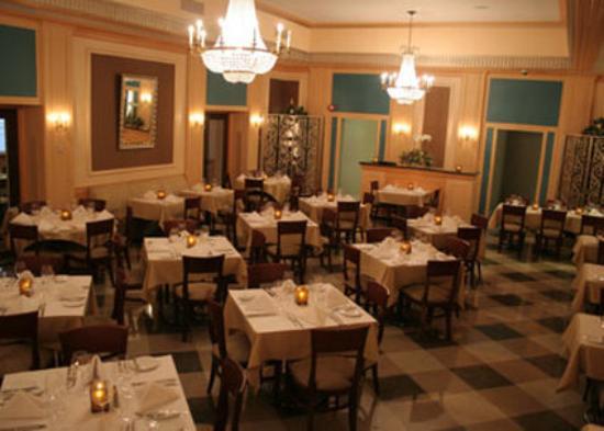 Ambassador Inn at Marquette: Envoydining