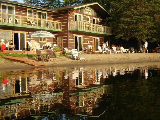 Auberge Tremblant Onwego Inn: plage, canot, kayak, pedalo gratuit, coucher de soleil, chaleureux acceuil.