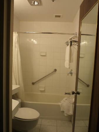 Four Points by Sheraton London: bathroom
