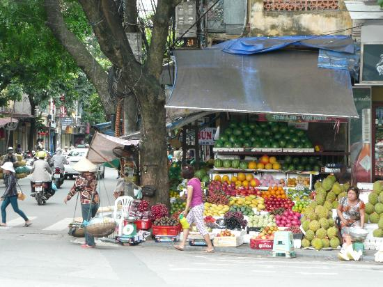 Hanoi Century Hotel: Flower stall 10 metre away from hotel