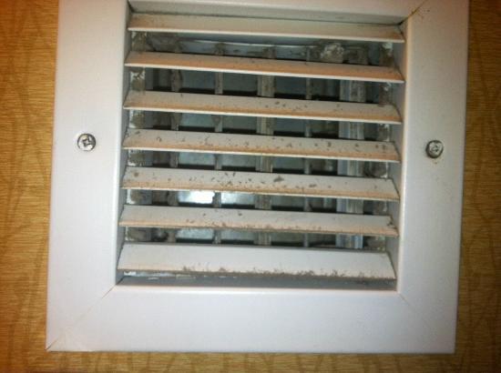 Hilton Garden Inn Colorado Springs: Dirty vent in the bathroom, YUCK!!!