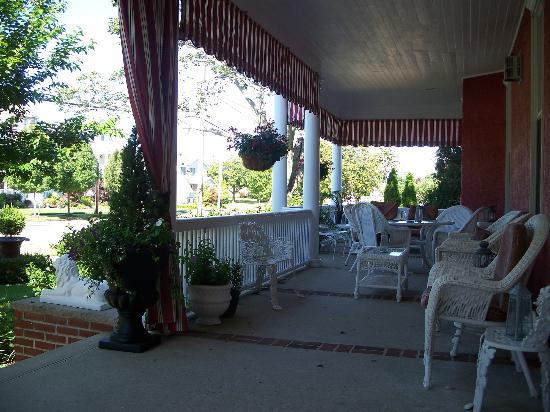 Spring Lake Inn: Western half of front porch