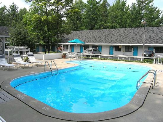 Traverse Bay Inn: Summertime at the Pool!