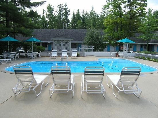 Traverse Bay Inn: Pool, Grill Area in Background