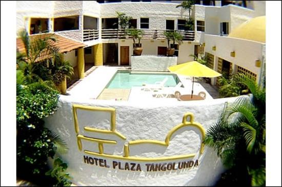 Hotel Plaza Tangolunda: vista del hotel y la alberca desde fuera